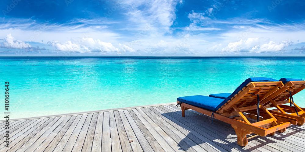 Sonnenliege Bett auf Anlegestelle vor Paradies Ozeanstrand ...
