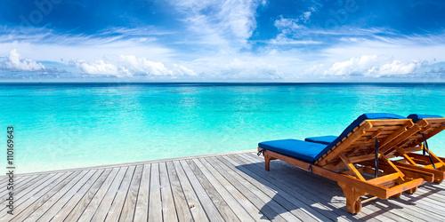 Obraz na plátně Lehátku lůžko na molo v přední části ráj pláži oceánu / Sonnenliege auf Steg vor