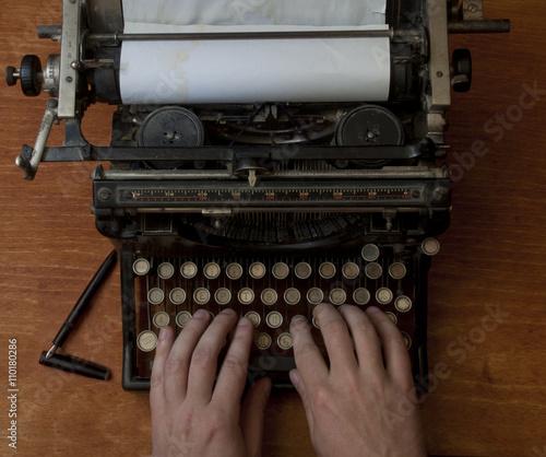 Keuken foto achterwand Retro Man typing on an old typewriter, with a retro effect, copyspace