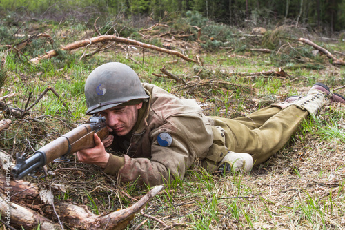 Fotografía  American World War II infantry soldier prepering for shooting