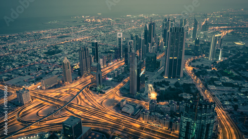 Obraz na PCV (fotoboard) Dubaj w centrum nocy scena z miast światłami