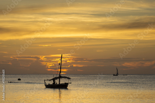 In de dag Schip Traditional Fisherman Dhow Boat during sunset, Zanzibar, Tanzani