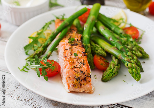 Tuinposter Kruidenierswinkel Baked salmon garnished with asparagus and tomatoes with herbs