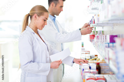 Staande foto Apotheek Female and male pharmacists in pharmacy