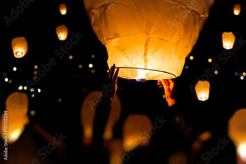 Photographie  Make A Wish, une lanterne chinoise avec beaucoup plus en arrière-plan
