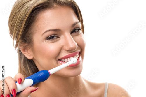 Fotomural Young beautiful woman brushing her healthy teeth