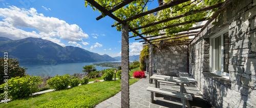 Fotografia  garden with pergola