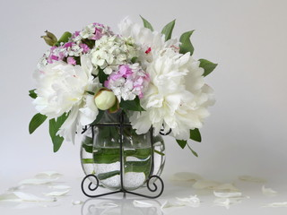 Obraz na PlexiBouquet of white peony flowers in a vase. Floral decoration with bouquet of peonies and pink carnations flowers in a vase.