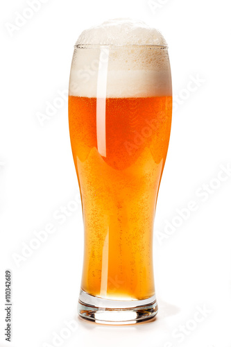 Poster de jardin Bar Beer Glass isolated. Beer glass on white background. Bar drink. Beer bubbles closeup. Lager. Overflow beer glass. Beer beverage. Glass of alcohol. Closeup draft beer glass. Cold Beer. Pint of beer.