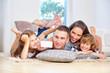 Eltern und Kinder sind albern und machen ein Selfie