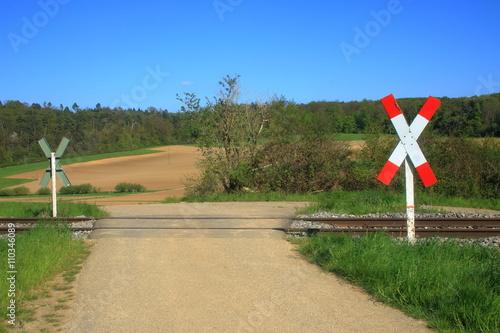 Fotografia, Obraz  unbeschrankter Bahnübergang an einem Feldweg