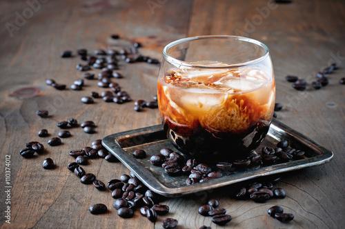 Fotografie, Obraz  Kahlua likér se smetanou v brýlích s kávových zrn na dřevěném pozadí, selektivní