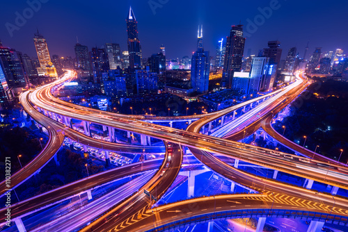 Photo sur Aluminium Autoroute nuit Aerial view of a highway overpass at night in Shanghai - China.