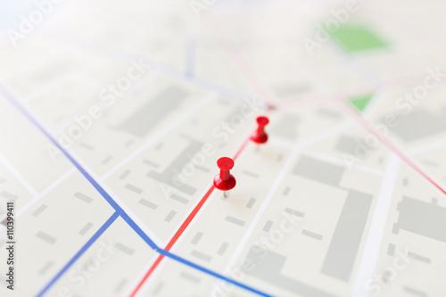 Fotografía  De cerca de un mapa de la ciudad o plan con pasador