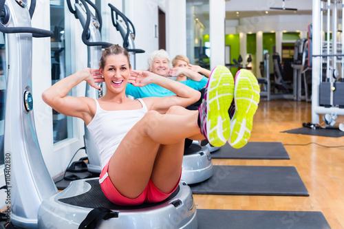 Fotografie, Obraz  Skupina na vibračních deskách v tělocvičně školení