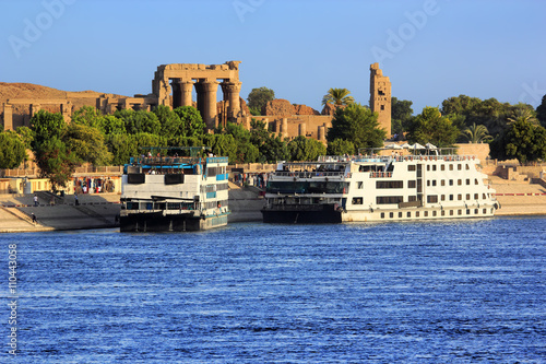 Tuinposter Egypte Egypt. Cruise ships docked at Kom Ombo on the Nile. The Temple of Sobek and Haroeris - seen colonnade of the Hypostyle Hall