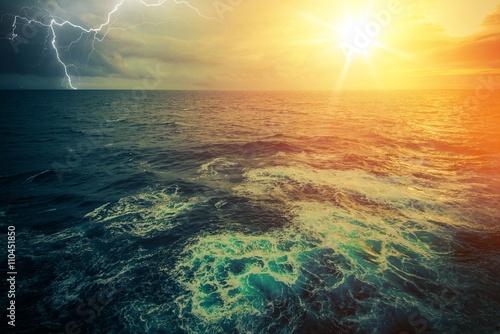 Staande foto Zee / Oceaan Stormy Sunny Ocean