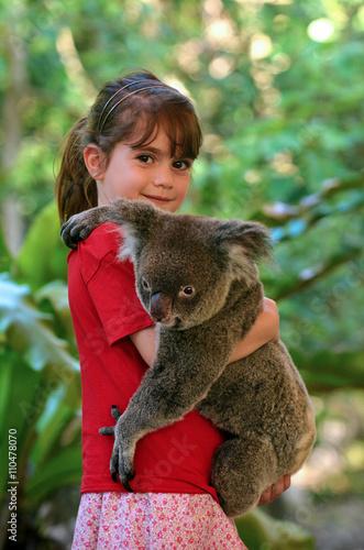 Staande foto Koala Little girl holding a Koala