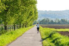 Einsame Joggerin Am Morgen Im Frühling