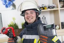 Feuerwehrmann Mit Telefon Notruf 112