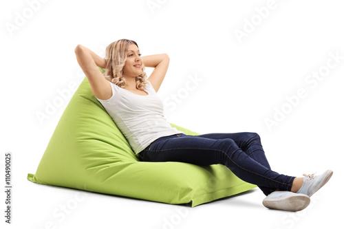 Photo Woman sitting on a comfortable beanbag