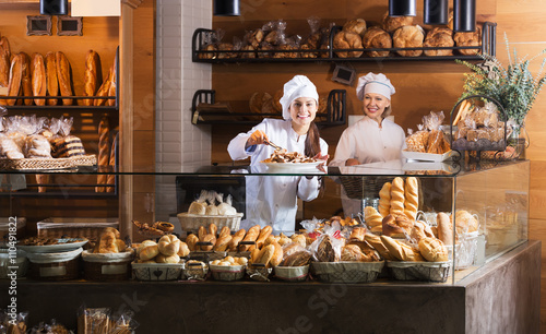 Photo sur Aluminium Boulangerie Bakery staff offering bread