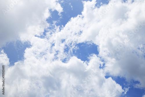 jaskrawy-niebieskie-niebo-z-chmury-zblizeniem
