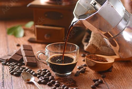 Fotografie, Obraz  versare il caffè nella tazzina di vetro