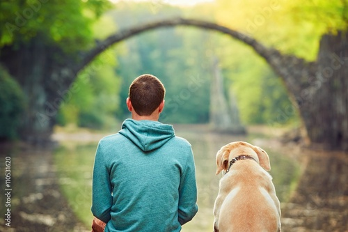 Photo Pensive man sitting with his dog