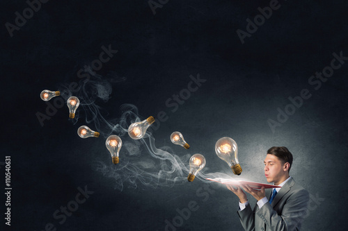 Photo  Businessman with book in hands