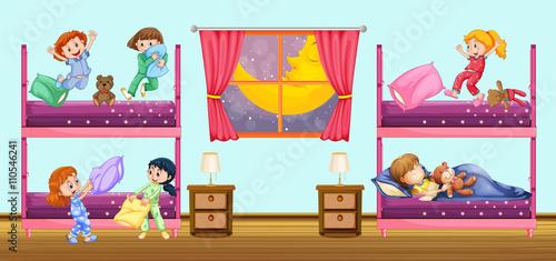 In de dag Indiërs Children sleeping in bedroom