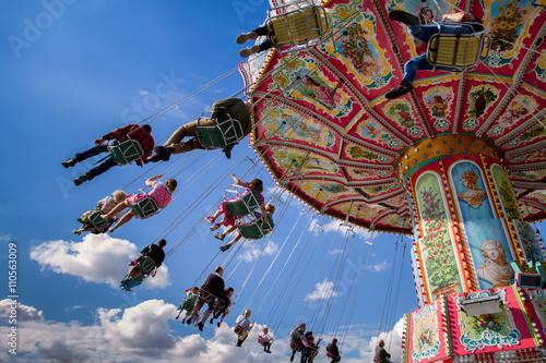 Fotografie, Obraz  kettenkarussell karussell Oktoberfest wiesn fahrgeschäft fahrgeschäfte riesenrad