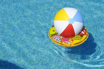 Dmuchane zabawki dryfujące po wodzie w basenie - piłka i koło