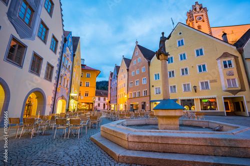 Autocollant pour porte Bruges Fussen town at night in Bavaria, Germany
