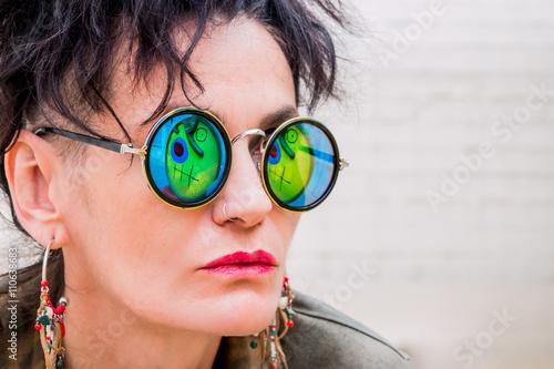 Photo  Femme sur la terrasse du musée de la Fondation Miro