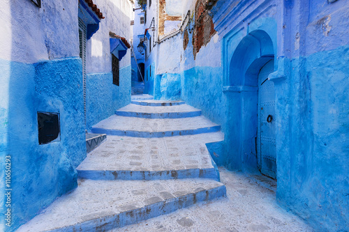 In de dag Marokko View of a street in the town of Chefchaouen in Morocco