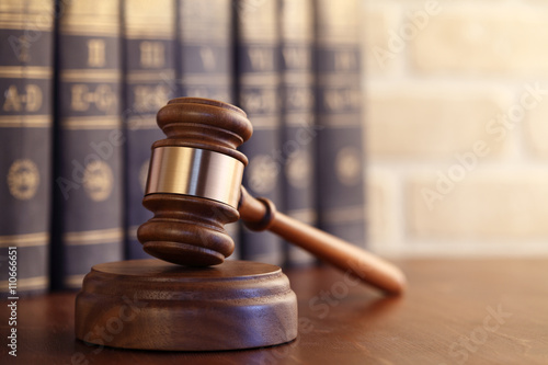 Canvas-taulu Gavel leaning against a row of law books