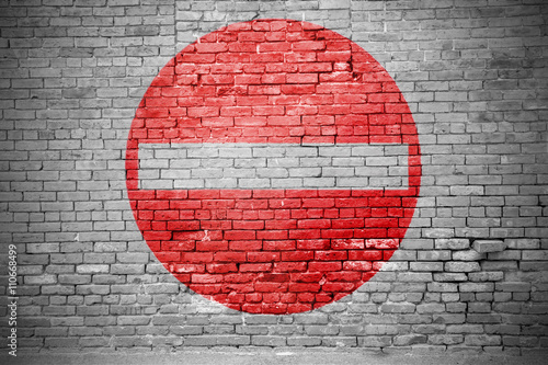 Fotografía  Ziegelsteinmauer mit Einfahrt verboten Graffiti