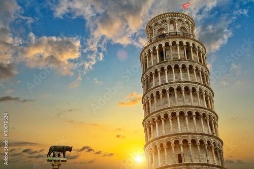 Krzywa wieża i baptysterium katedralne we Włoszech