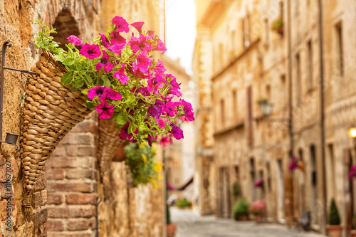 Obraz Kolorowa ulica w Pienzie, Toskania, Włochy - fototapety do salonu