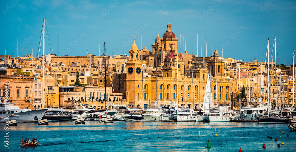 Fototapety, obrazy: beautiful view on Birgu and the harbour with colorful boats in Malta