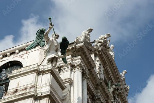 Fotografie, Obraz  Sochy na střeše Santa Maria del Giglio Benátkách