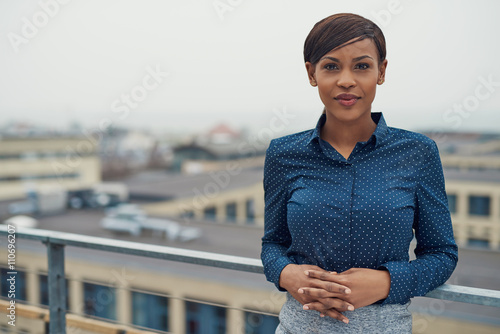 Foto  Ruhige Geschäftsfrau mit den gefalteten Händen draußen