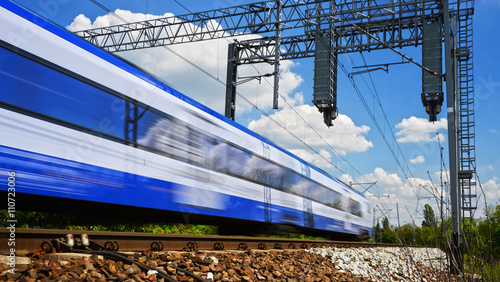 Foto  Modern electric passenger train moving on full speed