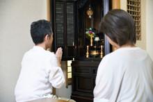 仏壇を拝む夫婦