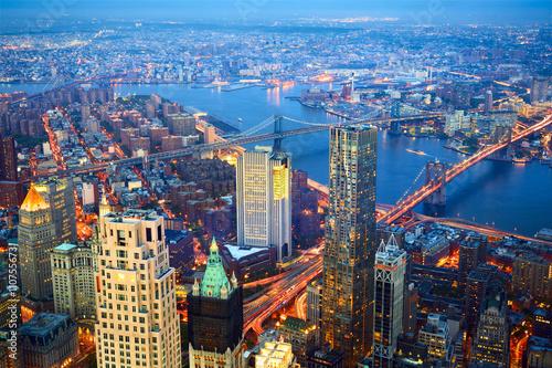Fotografía  Vista aérea de la ciudad de Nueva York horizonte con tres puentes en la oscurida