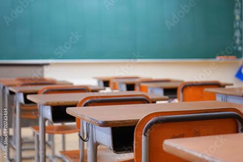 学校の教室 黒板 中学校 高校 授業 講義 試験会場 試験場 教壇 夏期講習 Canvas Print