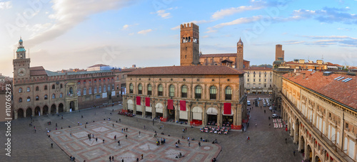 Fotografiet  A panoramic view of main square - bologna, italy