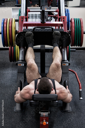 Photo bodybuilder with a beard in the gym - 110793624