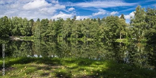 Idyllischer See vor blauen Himmel © Johannes Menk